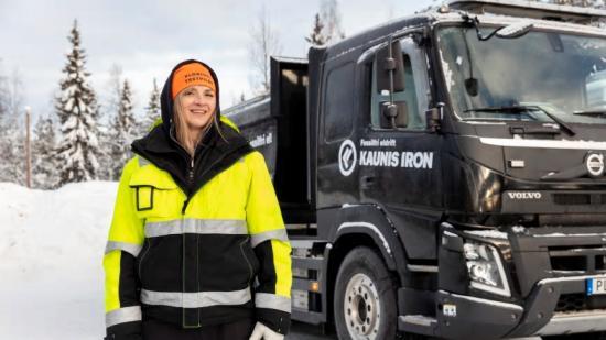 Catrine Sundqvist framför den batterielektriska testbilen.