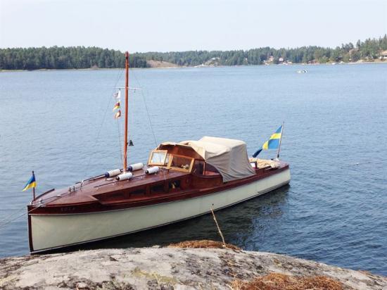Motorbåten Eola ritades av den välkände konstruktören C G Pettersson och byggdes redan 1910 på Gustafsson & Anderssons Varvs- & mekaniska verkstads AB på Kungsholmen i Stockholm.