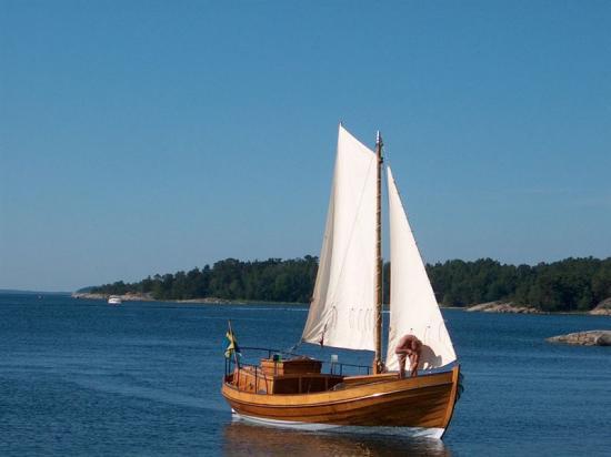 Däckaren Vinö byggdes i ek av Bröderna Kellgrens båtbyggeri på Vinö i Misterhults skärgård, Oskarshamns kommun 1950. Vinö är i mycket gott skick och har dessutom sin originalmotor kvar.