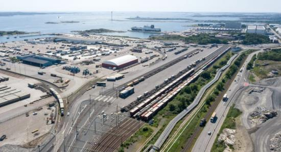 Arken kombiterminal har högre kapacitet än den gamla terminalen, ligger närmare industrin och har en bättre anpassad väginfrastruktur till och från terminalen.
