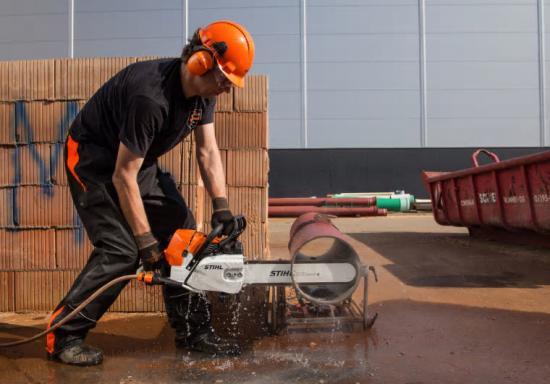 Tillsammans utgör nya kedjan 36 GGM och svärdet Rollomatic G den perfekta skärutrustningen för frihandskapning av duktilt järn, exempelvis vid rörläggning och reparation med våt skärning.