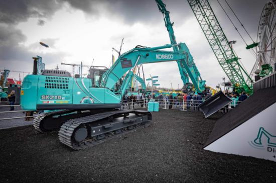 Kobelco visar upp automatiserad grävmaskin och Engcon tiltrotator på Bauma.