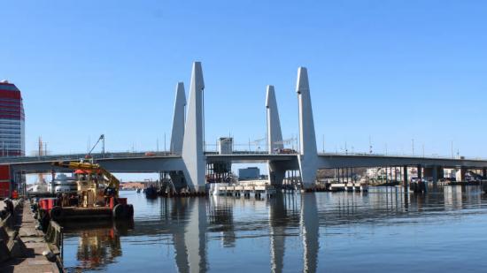 Hisingsbron sedd från fastlandet inför trafiköppning i maj 2021.