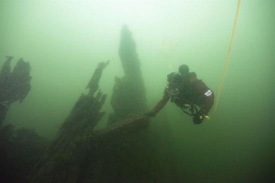 Marinarkeolog från Vrak – Museum of Wrecks vid ett av vraken i Djupasund. Under 1780-talet sänktes avsiktligt ett antal skepp för att bygga en spärr vid inloppet till Karlskrona. Många framstående örlogsfartyg slutade på liknande sätt och har sedan glömts bort. Nu kan deras historia berättas.