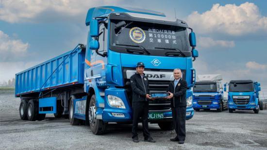 Den 10 000:e DAF-lastbilen som byggdes i Taiwan har levererats av Seiko Chen, ordförande för DAF-partnern Formosa Plastics Transport Corporation (höger) till Zhi-Yong Qiu, VD på Yong Yuan Transport Corporation (vänster).