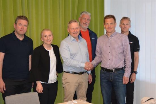 Magnus Ohlsson, regionchef på Bravida och Hans Engvall, vd för El-teknik i Gävle AB skakar hand.