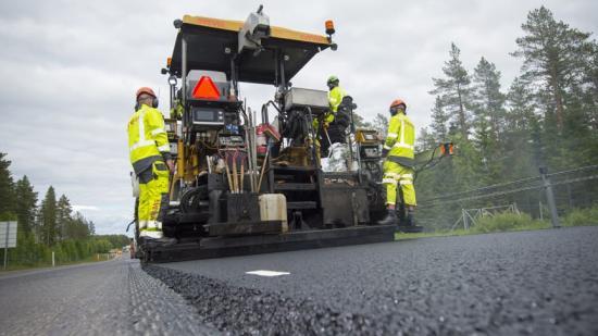 Svevia utför utläggningsarbete och vägförbättringar på flera sträckor i Västerbotten.