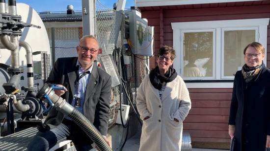 Robert Lindberg, Matilda Hedström och Evelina Fahlesson gläds åt möjligheten att använda biojetbränsle.