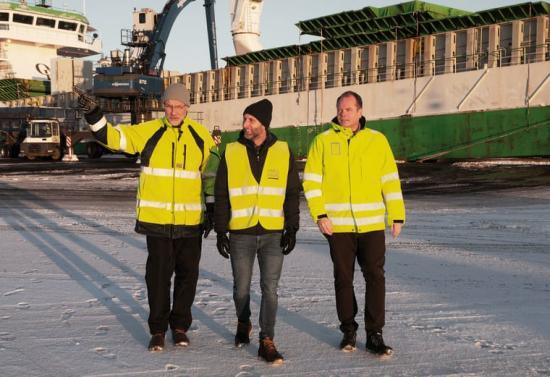 - Hamnen är en nyckelfaktor för regional tillväxt, säger Jacob Spangenberg, ordförande i Hargs Hamn AB (till vänster). Vid sin sida har han Niklas Pettersson, projektledare, Sjöfartsverket och Peeter Nömm, vd för Hargs Hamn AB.