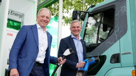 Göteborg Energis VD Alf Engqvist och Stefan Strand, VD för Volvo Lastvagnar Sverige vid invigningen av den nya supersnabbladdaren.