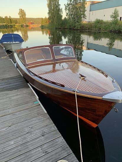 Campingbåten Saga byggdes på Karlstads Småbåtsvarv (Dahlström & Svenssons) 1959. Denna populära båttyp bidrog, bl a genom sitt rimliga pris till att få en bredare del av befolkningen till ett friluftsliv till sjöss.