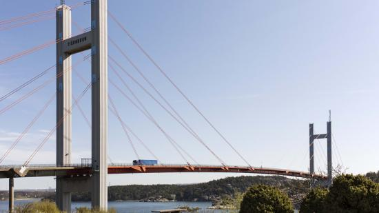 Det världsunika arbetet med att byta ut de karaktäristiska orangefärgade kablarna på Tjörnbron går nu in i etapp två. Den här gången ska Svevia byta ut sexton stycken kablar.
