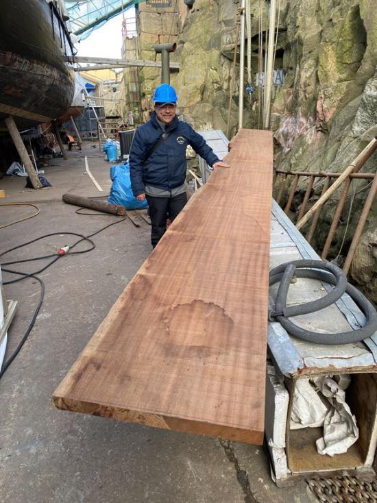 En mahognystock med en diameter på 2,5 meter och 10 meters längd som sågades upp i ett fyrtiotal anpassade bord för M 20 samt en hel ekstock från 250-årig odlad ek som sågades till en ca 4,5 meter hög stävstock.