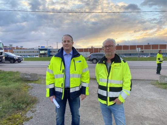 Till vänster försäljningsrepresentant Joakim Resare, Linde och Urban Carlsson, affärsområdeschef, Saferoad
