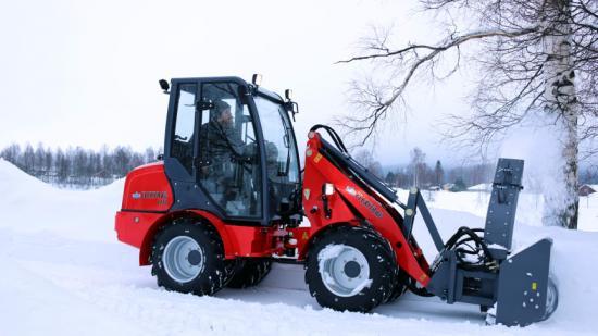 Modell Flexitrac 1238 CAB med en hydrauldriven snöfräs.