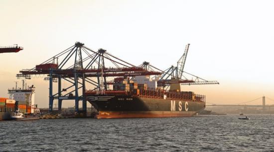 MSC Maya är ett exempel på de stora containerfartyg som endast kan komma in lastade till 50 procent, på grund av Göteborgs Hamns farleds begränsningar.