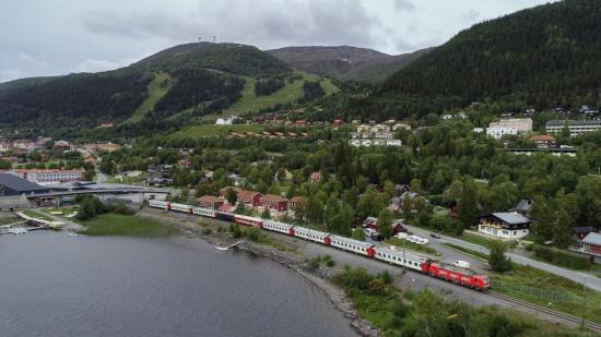 Åreskutan med Snälltåget i förgrunden.