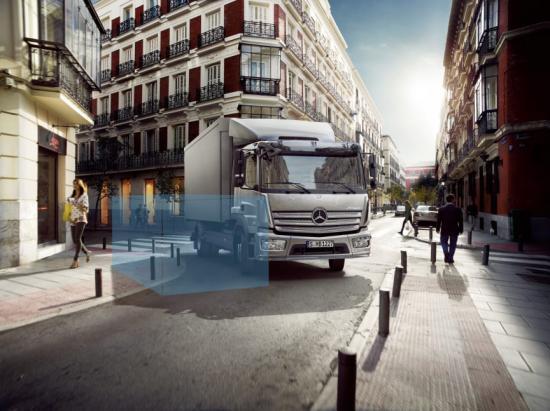 Dödvinkelassistenten Sideguard Assist finns nu för eftermontering på Mercedes-Benz Lastbilar.