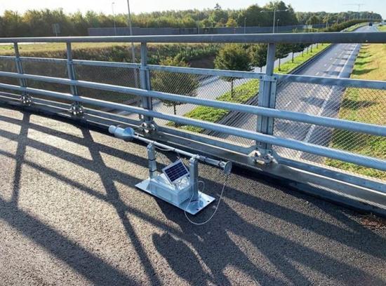 Radardetektorn monteras över Österleden (väg 111) i räcket på brons utsida och mäter ner mot körbanan. Därifrån känner den av eventuell vattensamling som den signalerar om till stadsbyggnadsförvaltningen.