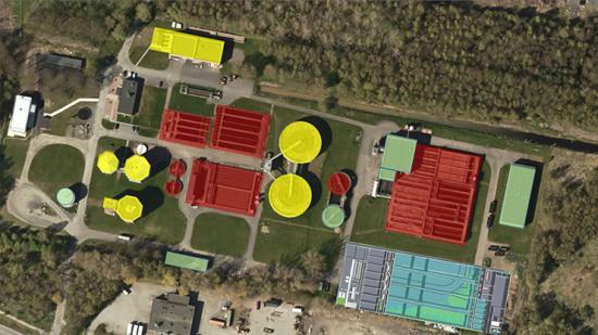 I bildens nedre högre hörn syns den nya samlade reningsanläggningen. De övriga byggnaderna som är grönmarkerade ska behållas, de gula byggas om för annan användning och de röda ska rivas.
