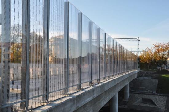 Hammerglass bullerskärmar på bron över Lommavägen.