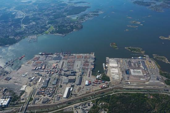 En vanlig vardag trafikeras terminalen av tolv tåg samt 200 lastbilar. Nu står det klart att godsterminalen flyttar ut till hamnen.