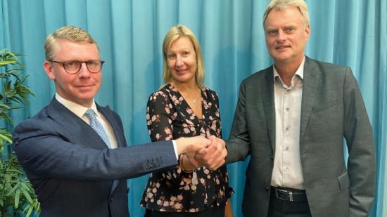 Kristoffer Tamsons, ordförande Svensk Kollektivtrafik, Madeleine Raukas, vice ordförande Tågföretagen och Tomas Byberg, ordförande Sveriges Bussföretag tar i hand.