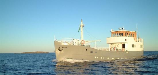 <span><span><span><span><span>Tankfartyget Soya III byggdes 1936, som Walleniusrederiernas första egna nybygge. Då fraktade hon soja. I dag är hon Walleniusrederiernas representationsfartyg och på torsdag bjuder hon ombord i Mariestad tillsammans med SJöfartskonvojen.</span></span></span></span></span>