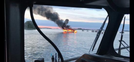 Båtbrand i Östergötlands skärgård i juni 2017, en av årets 1208 sjöräddningsinsatser. De två personerna som befann sig ombord klarade sig utan fysiska skador. Båten gick däremot till botten.