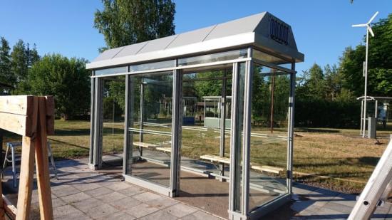 Busskuren har inga fysiska dörrar. Istället finns öppningar med luftridå, som spärr mot luften utanför.