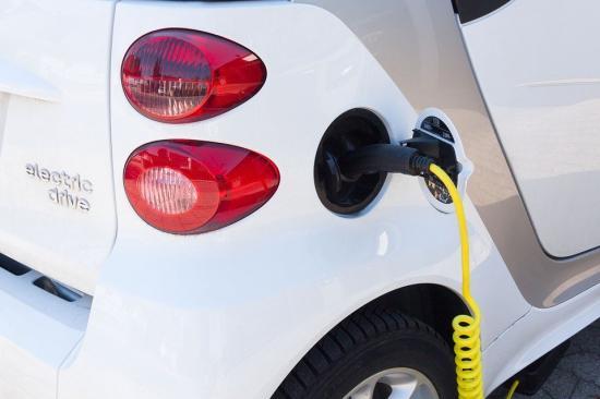 Eldrivna lastbilar och ökad användning av biodrivmedel kan minska klimatutsläppen från tunga lastbilar med 85 procent till 2040.