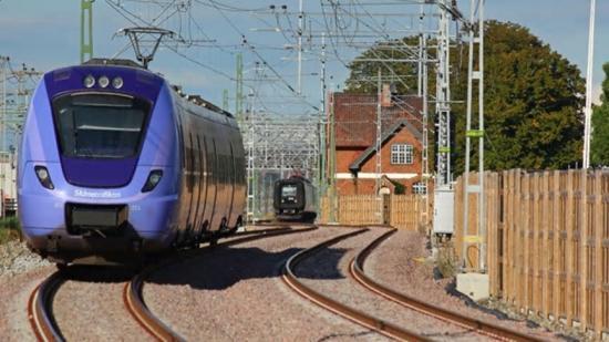 Hjärups station - De två temporära spåren genom Hjärup. Till väster om Skånetrafikens tåg pågår just nu byggnationen av de fyra nya spåren med tillhörande konstruktioner.