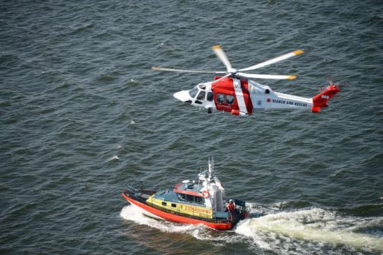 Sjöfarstverkets sjö- och flygrädddningshelikopter i samarbete med Sjöräddningssällskapet.