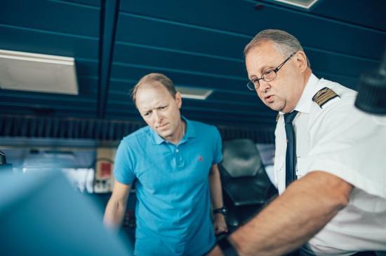 Stena Lines AI-chef Lars Carlsson har jobbat sida vid sida med Befälhavare Jan Sjöström på Stena Scandinavica under hela projektet. Tillsammans med sina team har de skapat en liten bit magi och nu sjösätter Stena Line AI-assisterade fartyg.