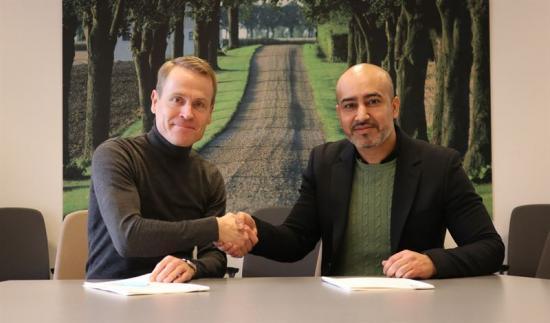 Linus Eriksson, trafikdirektör på Skånetrafiken, och Bahez Rashid, affärschef för Nobina Extratrafik, skakar hand efter att ha undertecknat avtalet som ger Nobina i uppdrag att ansvara för Skånetrafikens planerade tågersättningstrafik.