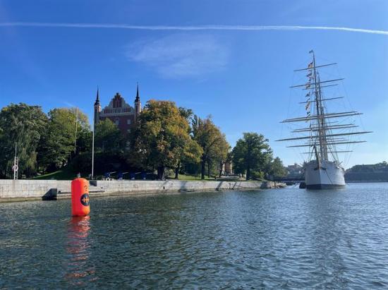 Orangefärgad boj på vattnet utanför Skeppsholmen.