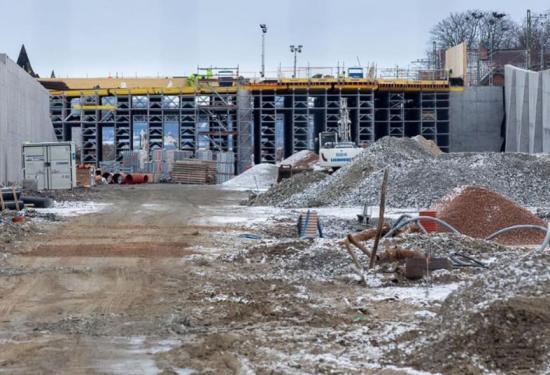 Förberedelse inför gjutning av den nya bron i Hjärups station. På ömse sidor om bron ser man de färdiggjutna stödmurarna som blir en del av stationsområdet.