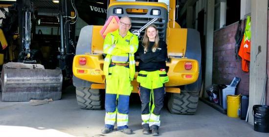 Alice Lindberg representerar Rekarmegymnasiet i Yrkes-SM ikategorin maskinförare nästa vecka. Här står hon bredvid sin lärare Conny Schedin.