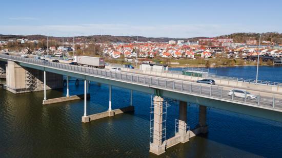 1 017 klara och frostblå transparenta akrylskivor monteras på den 12,5 meter höga bron.