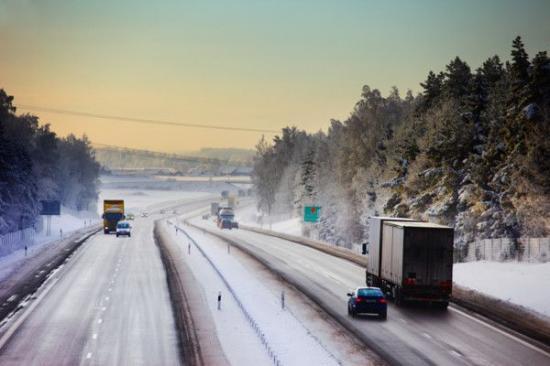 Den 1 december är den krav på vinterdäck på vägar med vinterväglag. Kravet gäller både lätta och tunga fordon.
