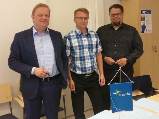 På bilden från vänster: Marko Holopainen, divisionschef Bravida Finland, Arto Kokkonen, nuvarande ägare av Jyväskylän LVI-Palvelu Oy och avdelningschef för serviceavdelningen i centrala Finland, samt Markus Hämäläinen,regionalchefBravida icentrala Finland..