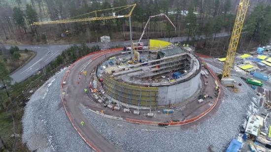Februari/mars 2021. Gjutningen av den enorma vattencisternen är i full gång och väggarna börjar växa på höjden.