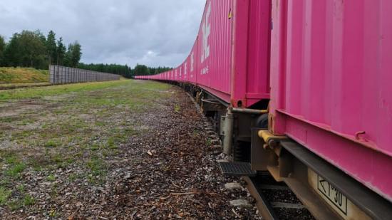 Den nya tågpendeln, lastad med sågade trävaror i magentafärgade ONE-containrar, ankommer Göteborg under måndagen.