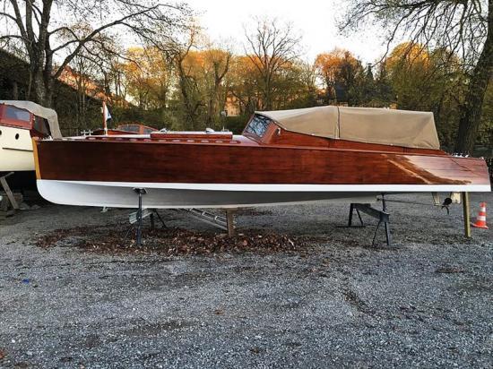 Motorbåten Effhå ritades av Gideon Forslund och byggdes på konstruktörens eget varv i Stockholm 1927. . Effhå har sitt namn efter beställaren Fridolf Hellströms initialer. Det kan konstateras att båten tillhör den relativt tidiga exklusiva generationen motorbåtar.