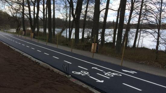 Första delsträckan, från Vallviksvägen till Biskopsrondellen, är klar. Vägen är kommunens första snabbcykelväg.