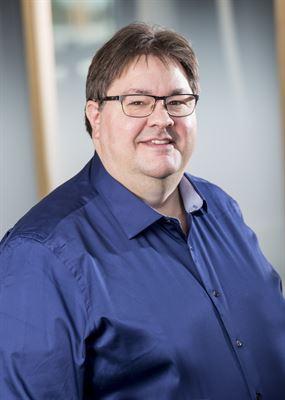 Fredrik Nyman, produktchef på Waystream.Totalt kommer 200 stycken ASR8048 ha levererats till stadsnätsoperatören i andra kvartalet 2020. Switcharna från Waystream kommer användas för fortsatt uppgradering och utbyggnad av stadsnätet som drivs i kommunal regi.<span><span><span>Bandbreddsbehovet på den svenska marknaden fortsätter öka, liksom kraven på tillgänglighet i en allt mer uppkopplad vardag. Med Waystreams ASR8000 kan moderna stadsnät tillgodose marknadens behov och möjliggöra hastigheter på upp till 10Gbit/s per ansluten användare.</span></span></span><span><span><span>– Intresset för vår nya generation switchar är stort. Den senaste tidens händelseutveckling med Corona-viruset visar på styrkan och fördelarna med en snabb fiberinfrastruktur för att hålla samhället igång när människor tvingas begränsa sin vardag. När distansarbete, distansutbildning och användning av tjänster i molnet ökar gäller det att operatörerna bygger snabba nät. Det är just detta ASR8000 är gjord för, säger Fredrik Nyman, produktchef på Waystream.</span></span></span><span><span><span>ASR8000 är Waystreams nya flaggskeppsprodukt. ASR8000 levereras som en 24 eller 48-portars switch/router.<br /><br /><br /><br />Källa: Waystream</span></span></span>