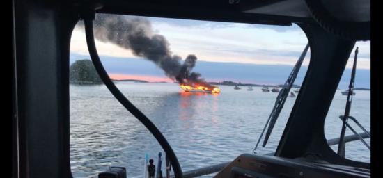 Antalet sjöräddningsinsatser orsakade av båtbränder ökade markant under sommaren 2018 jämfört med tidigare år. Bilden är dock från en insats i S:t Anna skärgård 2017. Personerna ombord klarade sig utan fysiska skador.