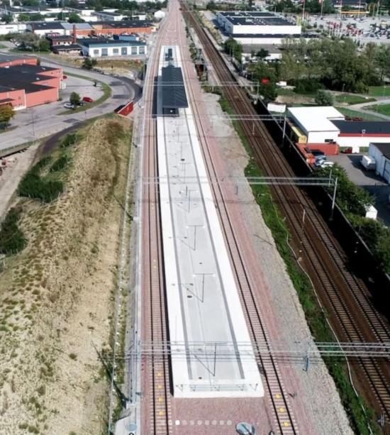 På vänstra sidan syns hälften av den nya Burlöv station. När allt är klart ska en identisk plattform finnas på högra sidan av bilden, där man ser det gamla spåret.