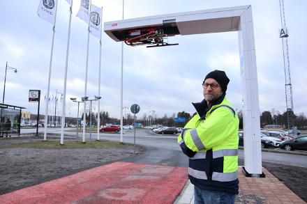Peter Lerge, projektledare Vinnergi, framför en av bussladdarna.