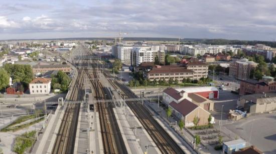 Fyra spår på Ostkustbanan mellan Uppsala och Stockholm skapar tillsammans med en ny station i Bergsbrunna stora möjligheter att utveckla staden.